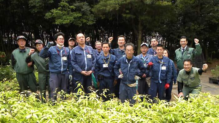 苗木の贈呈式に出席した平塚製造所の従業員