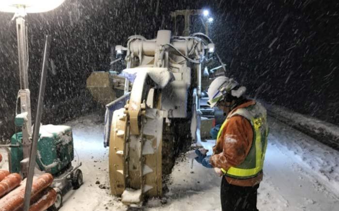 トレンチャーによる積雪状況下の掘削作業