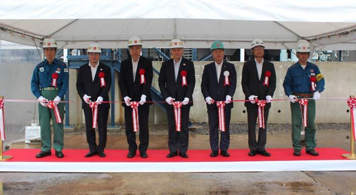 竣工式の様子:中央から左に 野呂副社長、原常務、岩瀬常務、佐倉所長
