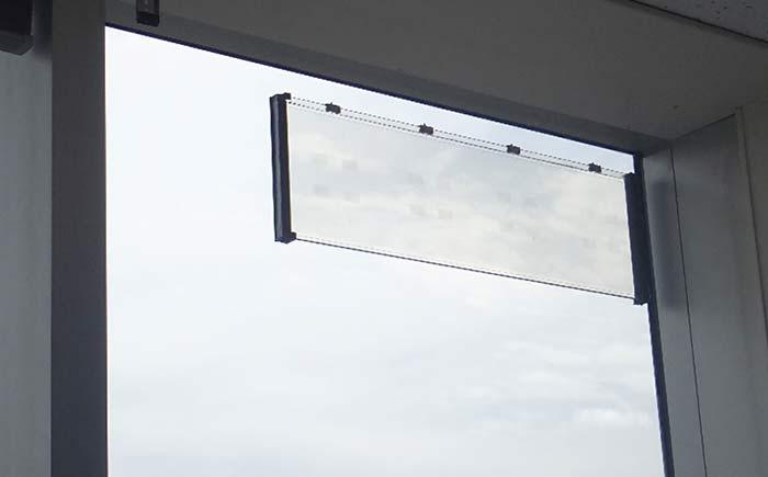 ガラスアンテナを既存窓に貼付した様子