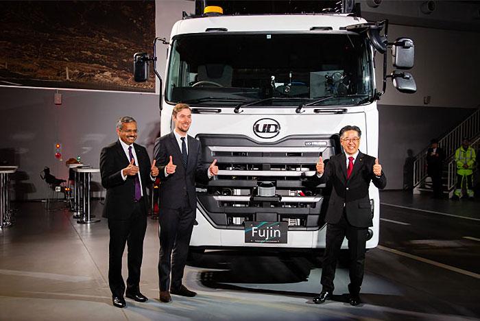 左から、UDトラックスIT部門統括責任者のサティッシュ・ラジュクマール氏、ボルボ・グループ自動運転車両開発部門責任者のヘンリック・フェルンストランド氏、UDトラックス開発部門統括責任者のダグラス・ナカノ氏