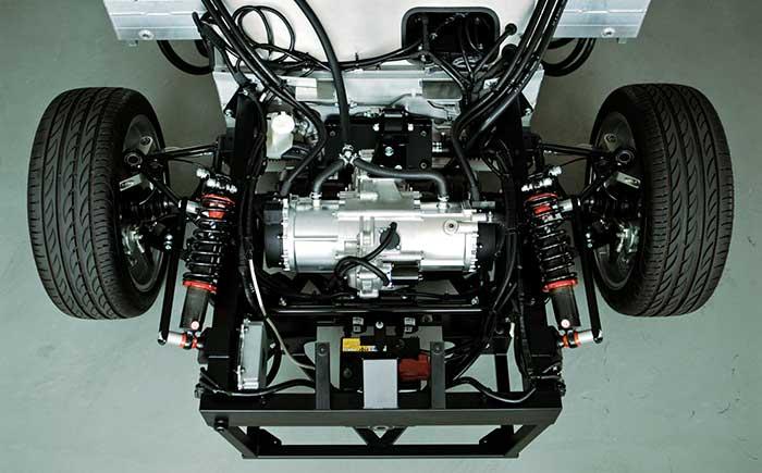 <車両フロント部分(中央:トランスミッション)>試験車両は、48Vシステムで構築。欧州を中心に拡大が予想される48V電動パワートレインの検証も可能。