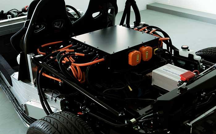 バッテリーからの電力を各モーターやユニットに配電するためのリレー、端子等がまとまったユニット