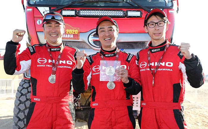 記録更新を達成した1号車と選手たち(左から染宮ナビゲーター、菅原ドライバー、望月ナビゲーター)