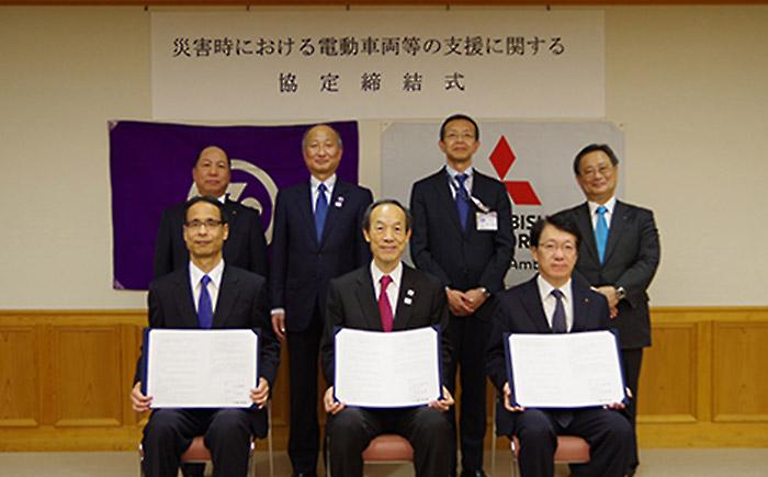 (前列左から)港三菱自動車販売の中島高虎社長、港区の武井雅昭区長、三菱自動車工業CEOの加藤隆雄氏