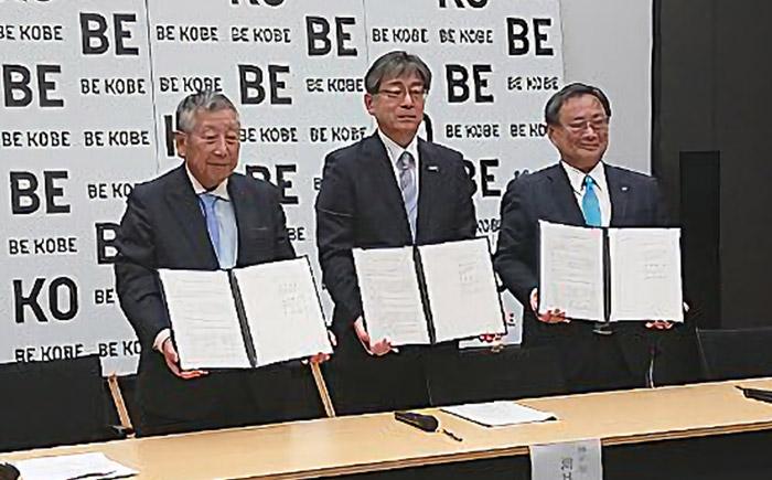 (左から)兵庫三菱自動車販売の西原興一郎社長、神戸市の油井洋明副市長、三菱自動車執行役員の若林陽介氏。