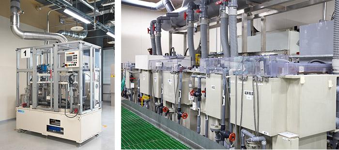 左:スタンプ式めっき処理装置(左右に2基設置した状態。大きさは、1基が横約1m×奥行約1m×高さ約2m)。右:従来のめっき処理工程(従来のめっき処理工程めっき溶液や廃液処理のための多数の水槽と設備)。